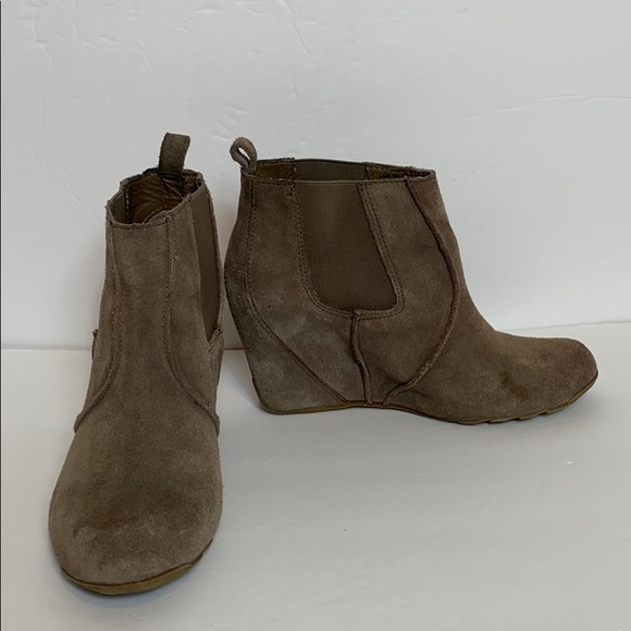 Reaction Kenneth Cole Tan Suede Booties